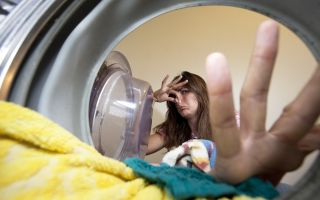 Как удалить запах сырости с одежды