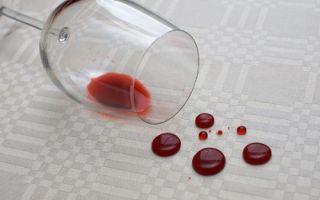 Как вывести пятна от красного вина с любой ткани