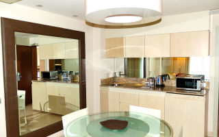 Нужно ли зеркало на кухне, и если да, то куда его повесить