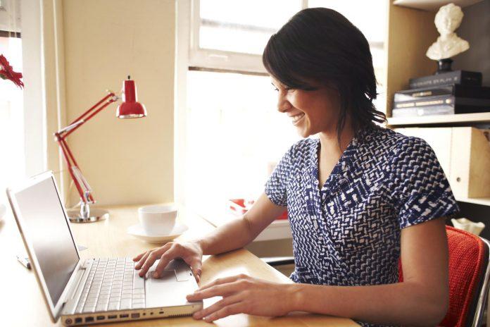 Девушка на ноутбуке занимается написанием статей