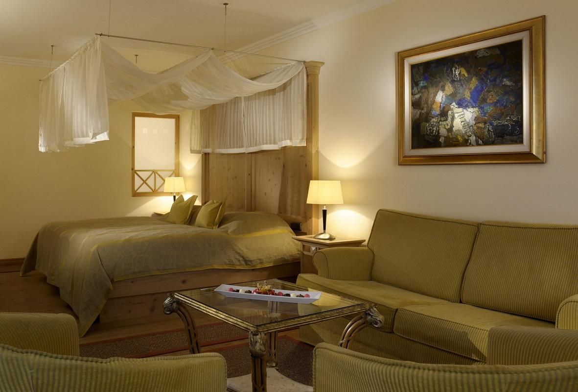 Диванчик в спальне: уголок уюта и комфорта