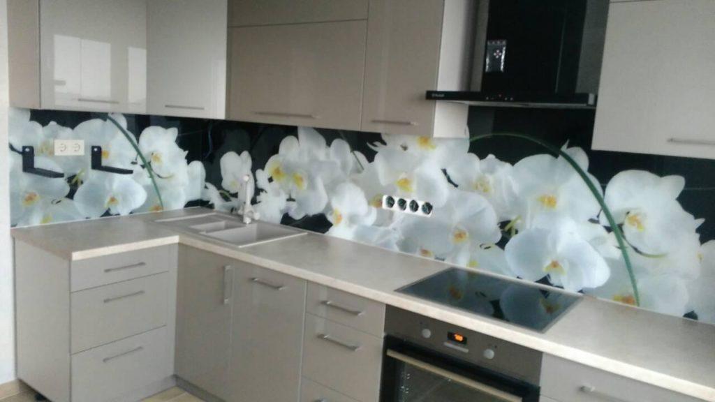 Плюсы стеклянного фартука на кухне