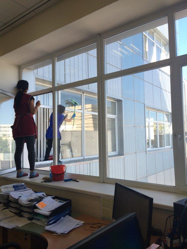 Чистим пластиковые окна