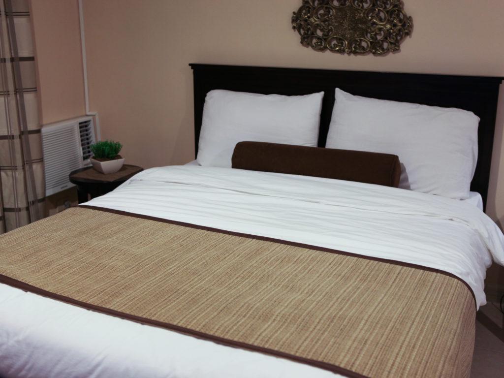 Способы красиво застелить кровать
