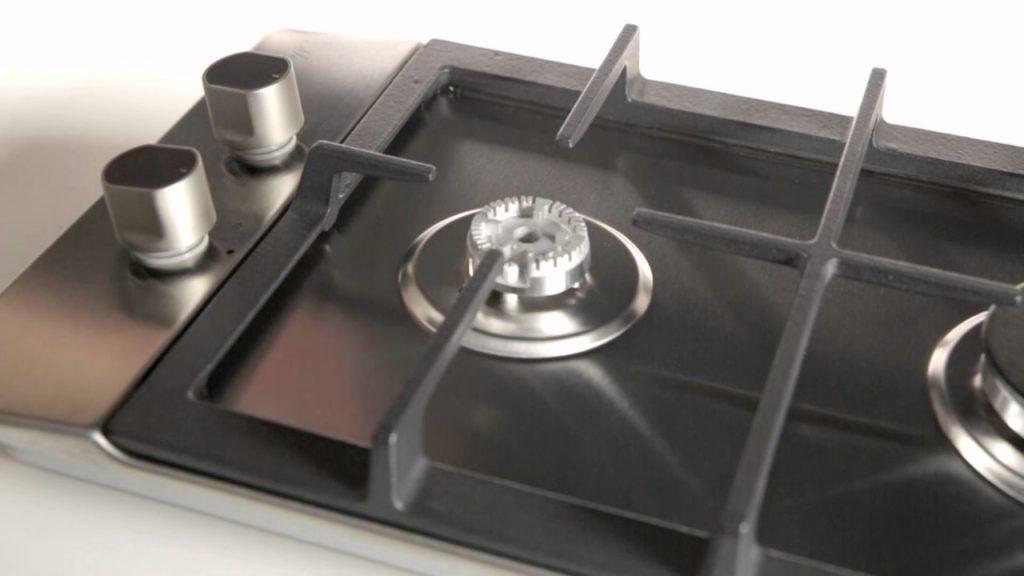 Как использовать подоконник узкой кухни под варочную поверхность