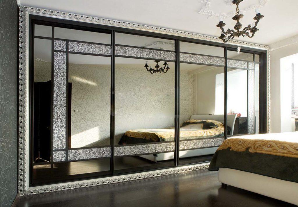 Зеркальная стена в оформлении спальни