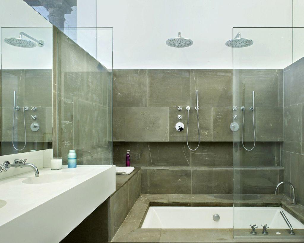 Стеклянные перегородки-шторки для ванной: плюсы и минусы