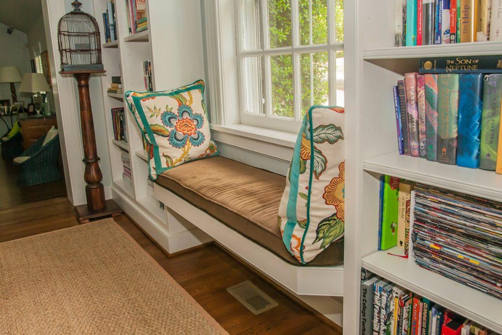 Лаунж-зона вместо подоконника в спальне