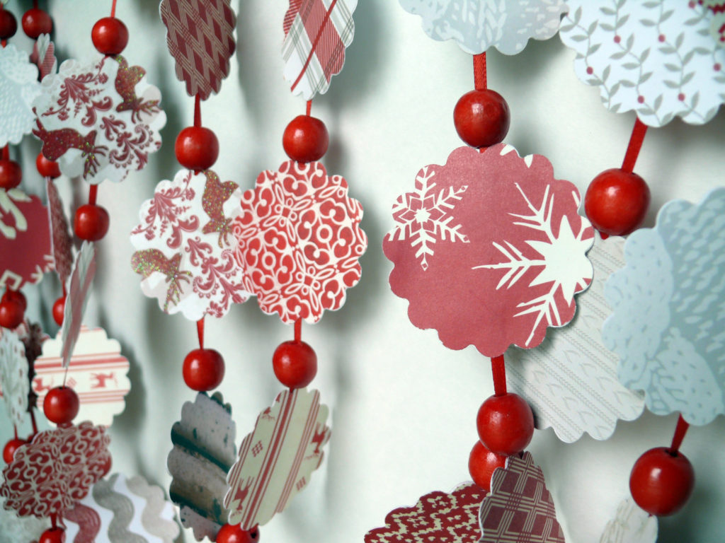 Как украсить стены и двери на Новый год