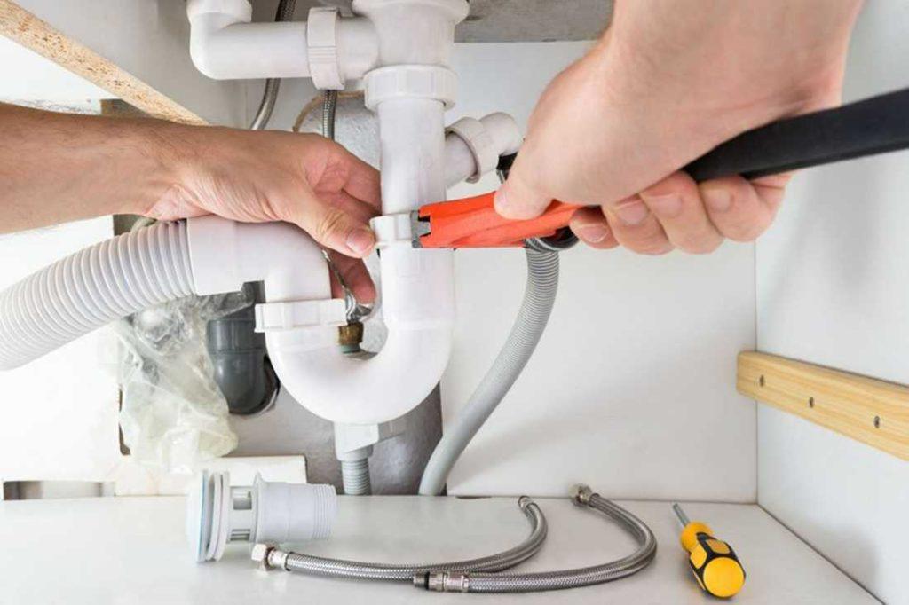 Как быстро устранить засор водопровода своими силами