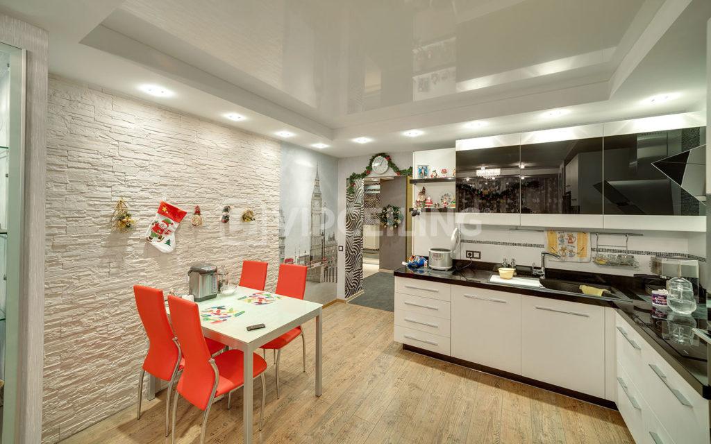 Натяжные потолки на кухне - как выбрать и что предусмотреть