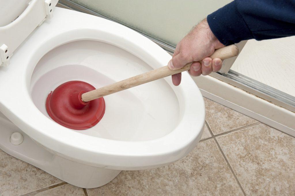 Как прочистить засор в унитазе или раковине