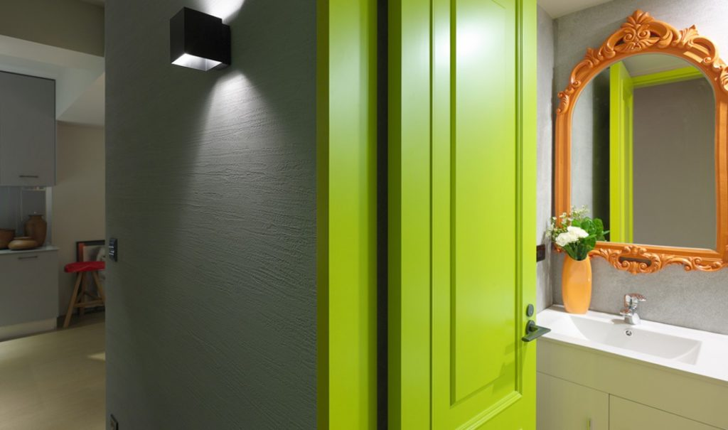 Цветные двери как яркий акцент в интерьере