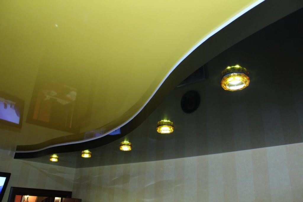 Потолок насыщенного цвета: как выбрать и когда уместен