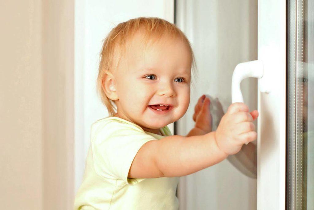 10 приспособлений, необходимых для безопасности ребенка в доме