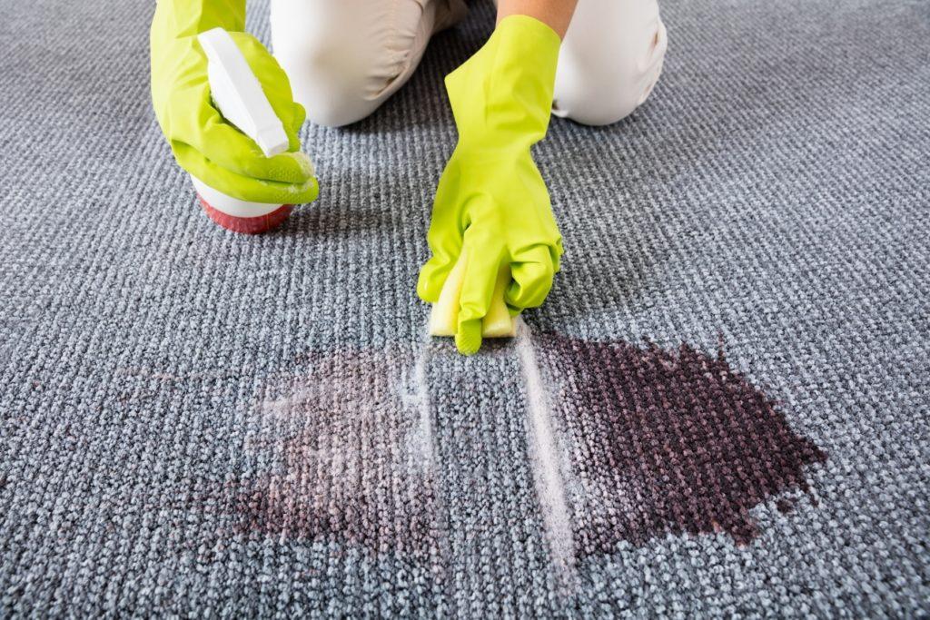 Как легко избавиться от пятен на ковре с помощью домашних средств