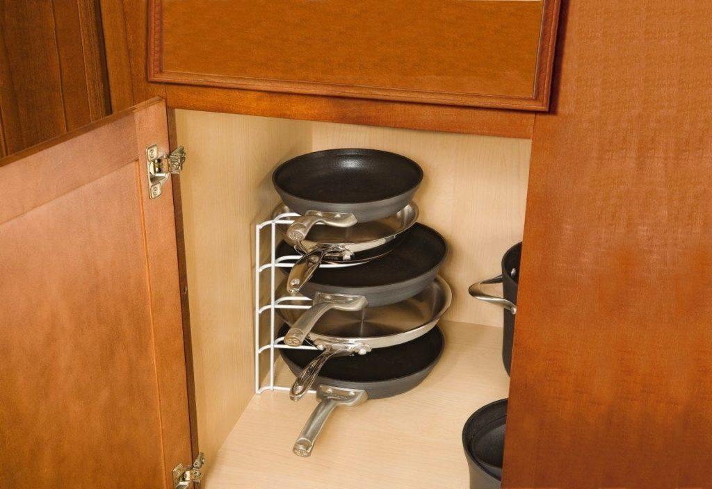 Где на кухне удобно хранить сковородки