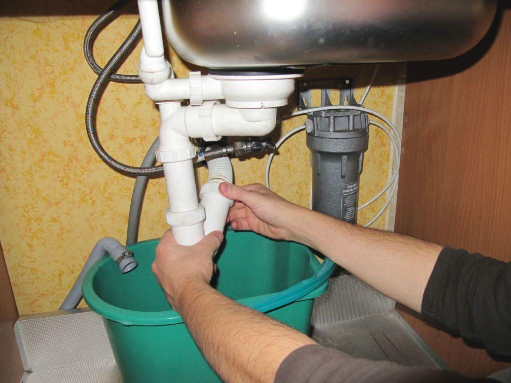 Как очистить забившийся слив в раковине
