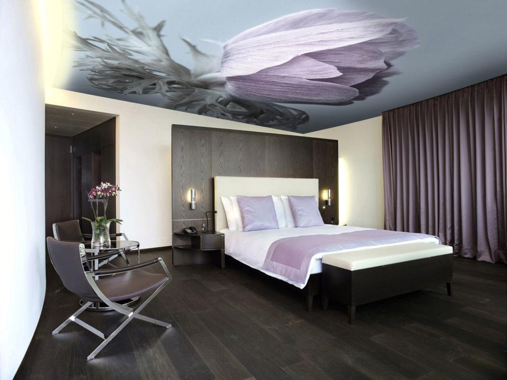 Как выбрать натяжные потолки в спальню