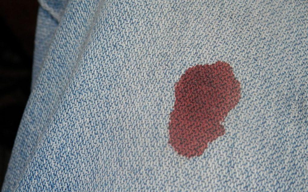 Как правильно вывести застарелые пятна крови с одежды