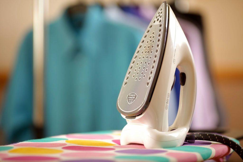 Как безопасно почистить керамическую подошву утюга