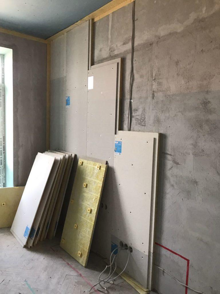 Помогут ли акустические плиты в звукоизоляции жилой комнаты