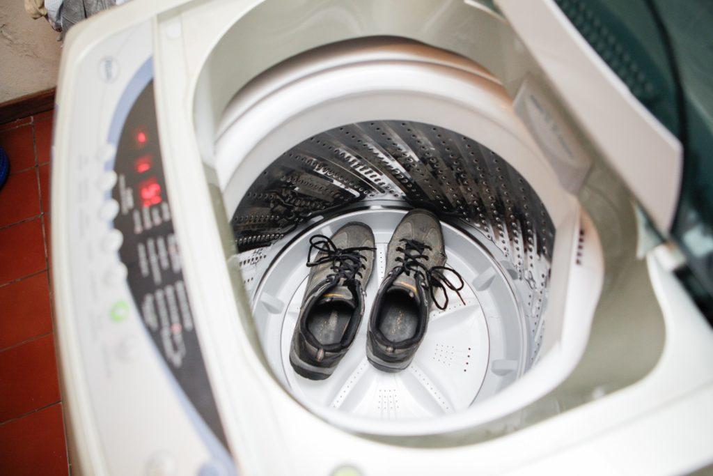 Как постирать кроссовки руками и в машинке