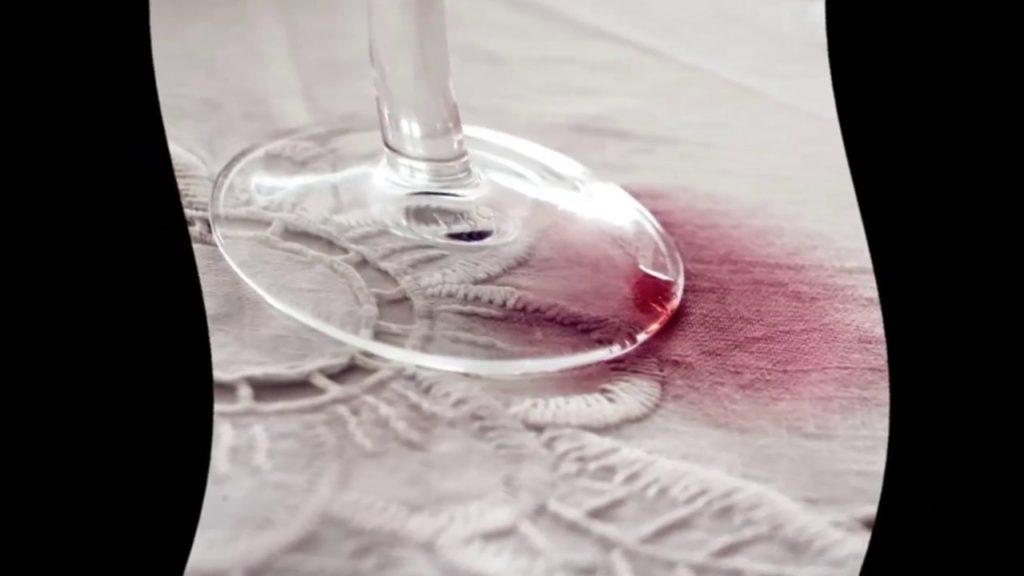 8 средств, которые быстро выведут пятна от красного вина
