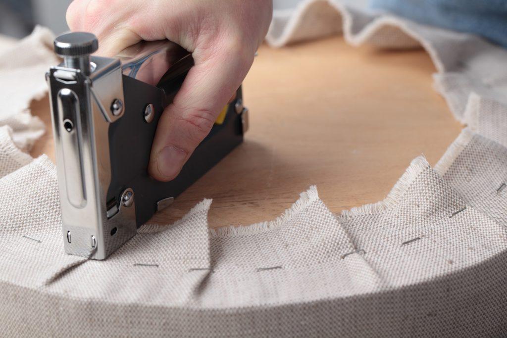 Как самостоятельно выполнить мелкий ремонт кожаной мебели своими руками