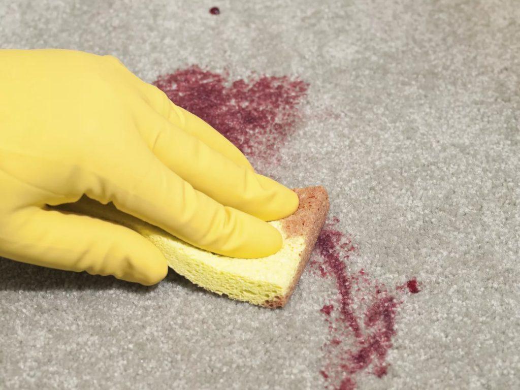 Чем и как можно быстро вывести пятна крови с поверхности матраса