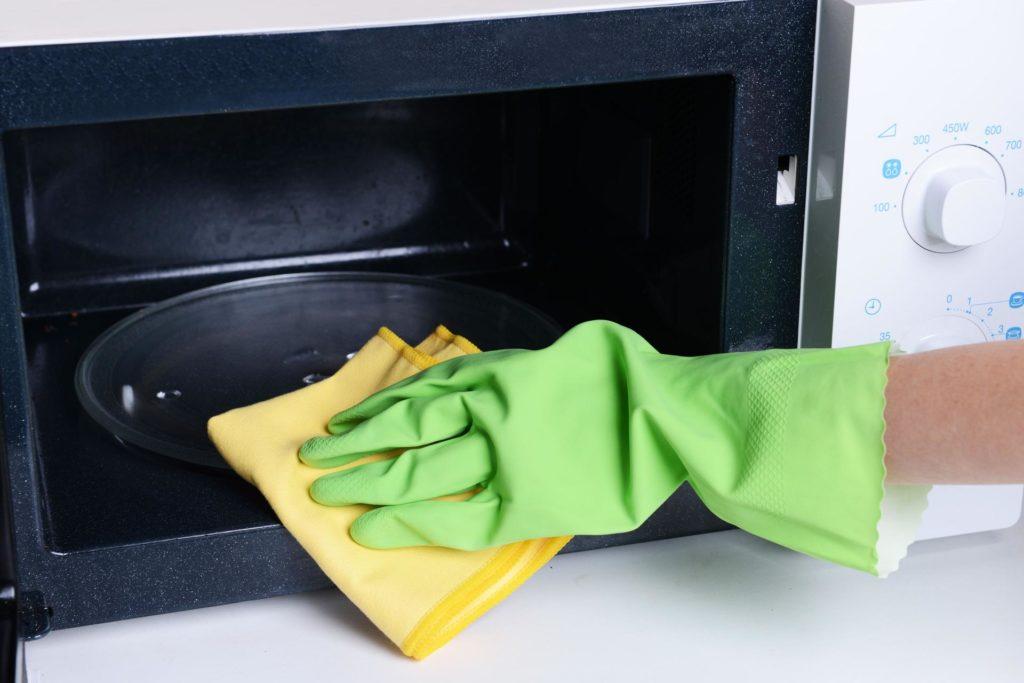 Как легко избавиться от запаха в микроволновке