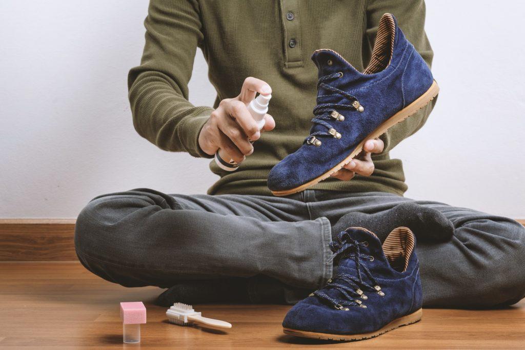 Как постирать замшевые кроссовки вручную и в стиральной машине
