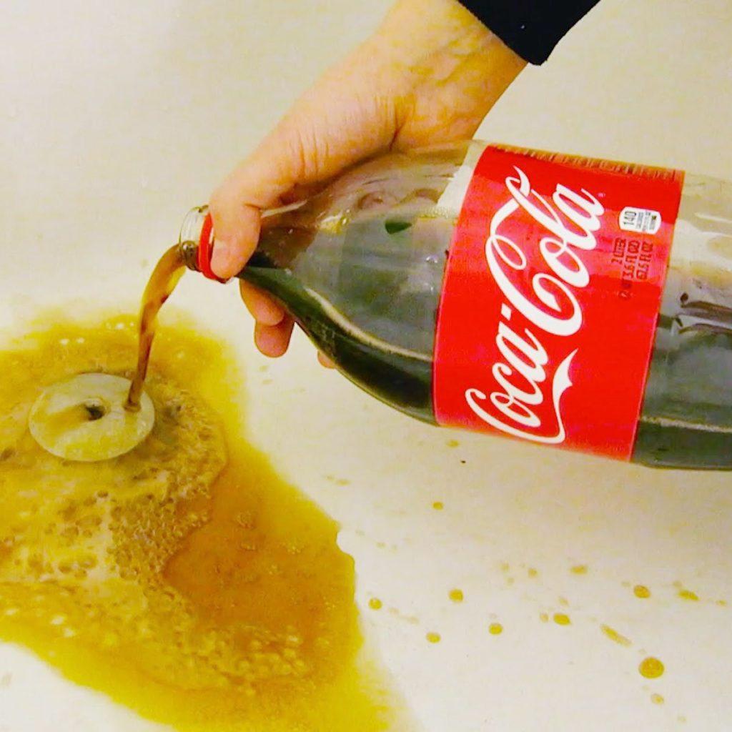 Как правильно почистить унитаз кока-колой