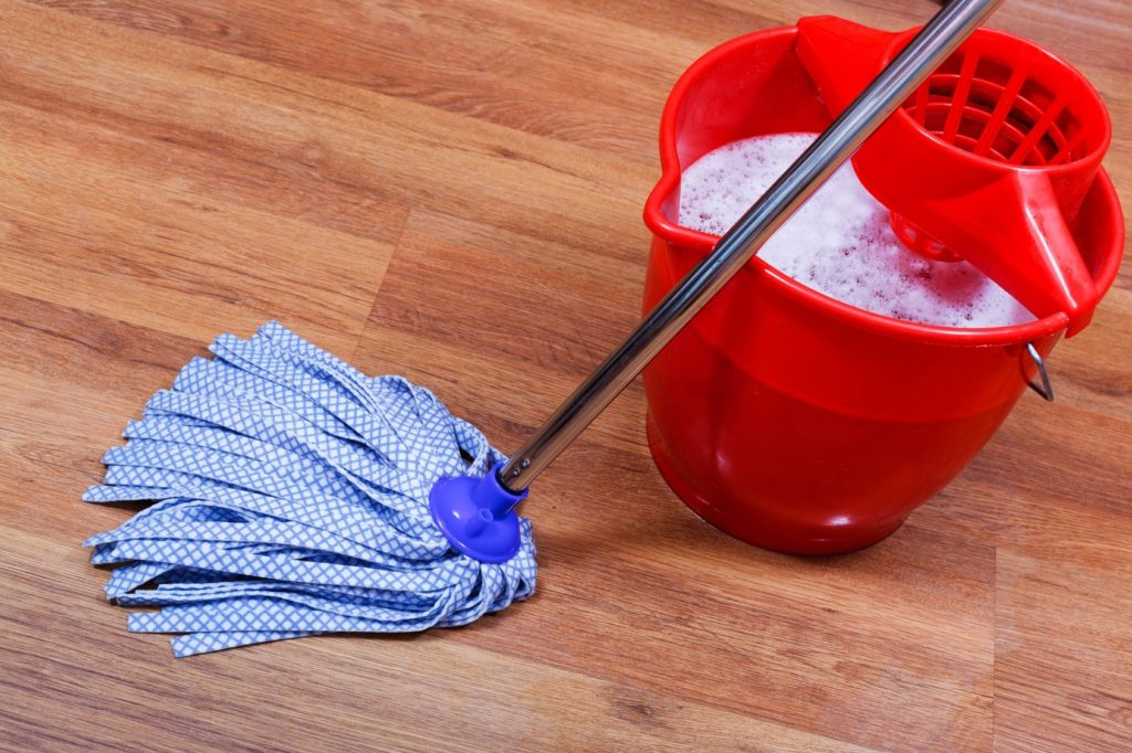 Зачем хозяйки моют полы с добавлением соли