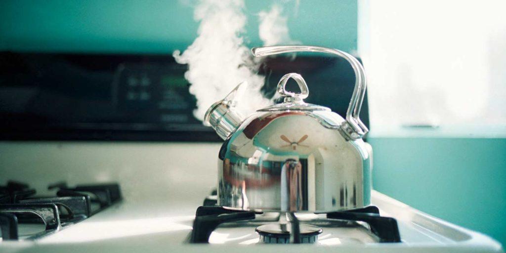 Как быстро погладить вещи без утюга подручными средствами