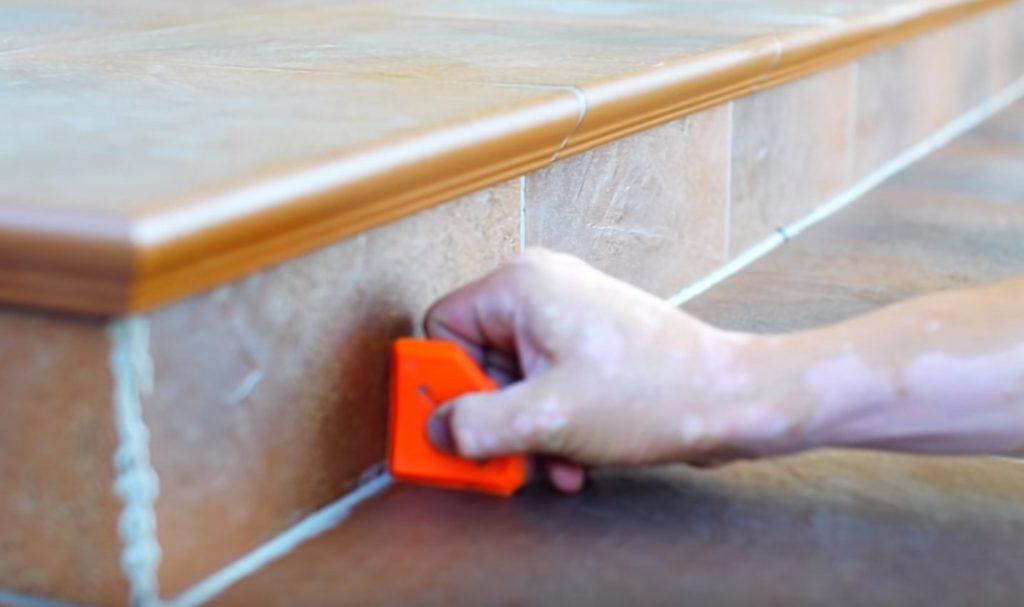 Как отбелить почерневшие швы между плиткой