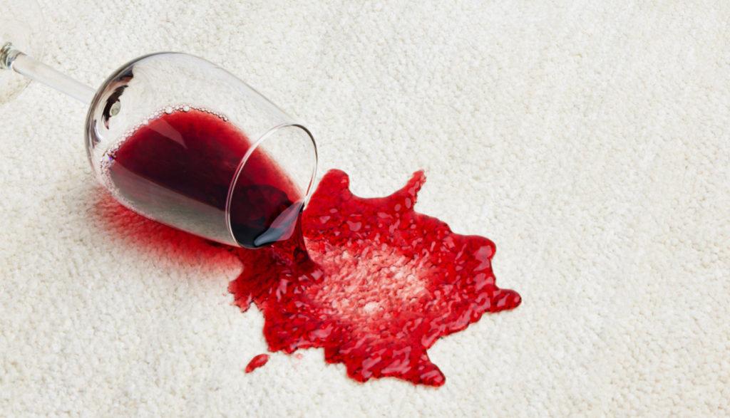 Как вывести пятно от красного вина с любой одежды