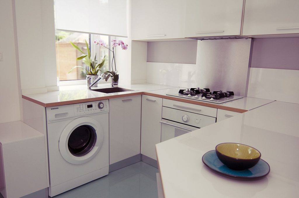 Как расположить стиральную машину на кухне, если в ванной для нее не нашлось места