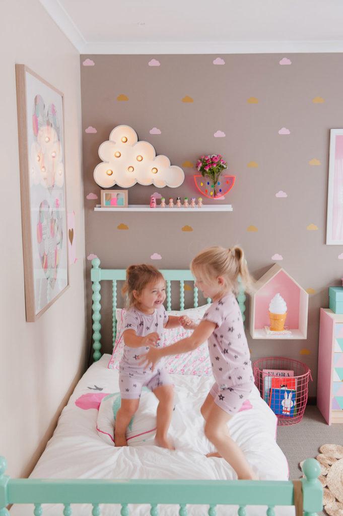 Какими средствами можно очистить обои в детской комнате