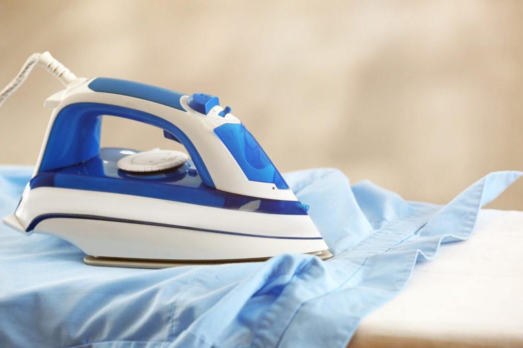 Как убрать с ткани подпалины от утюга своими руками