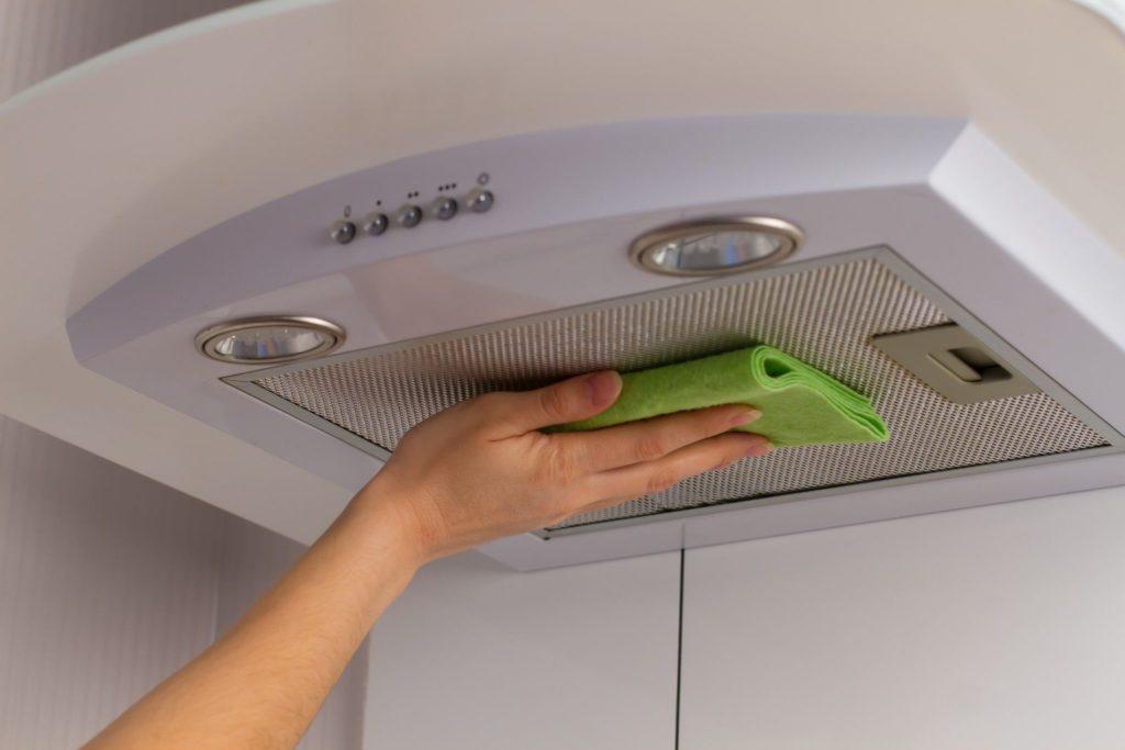 Как легко и быстро очистить вытяжку на кухне от жира