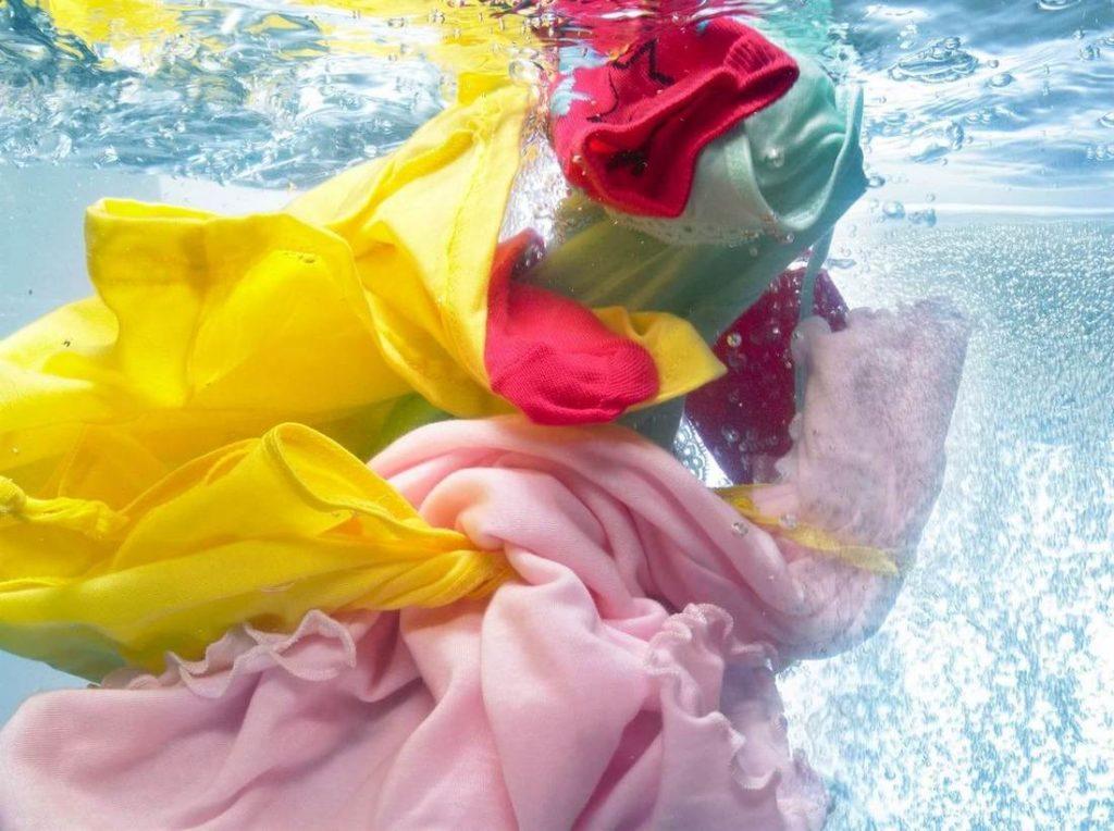Как правильно стирать цветные вещи чтобы не испортить их