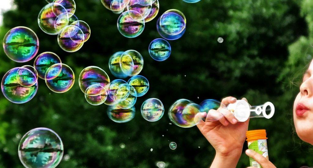 Какими средствами можно легко вывести пятна от мыльных пузырей с детской одежды