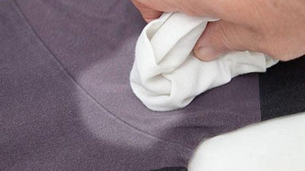 Как и чем отстирать пятна от дезодоранта на черной и цветной одежде