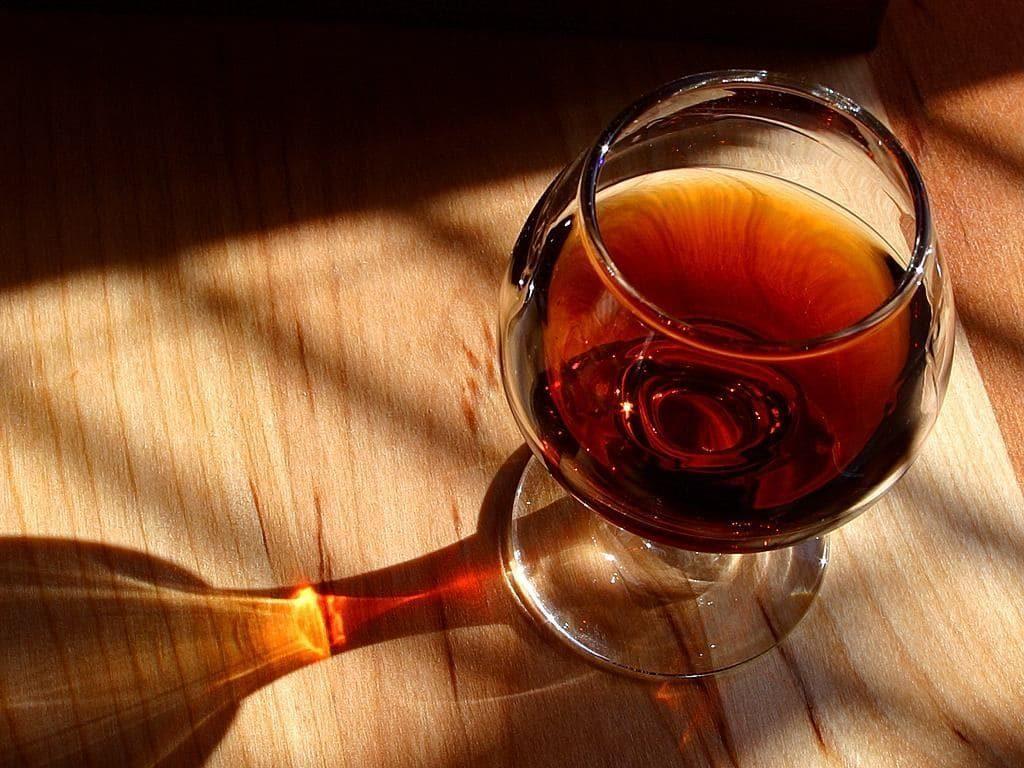 Чем отстирать винное пятно со скатерти