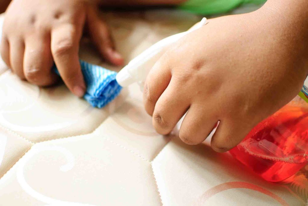 Чем вывести пятна с матраса в домашних условиях