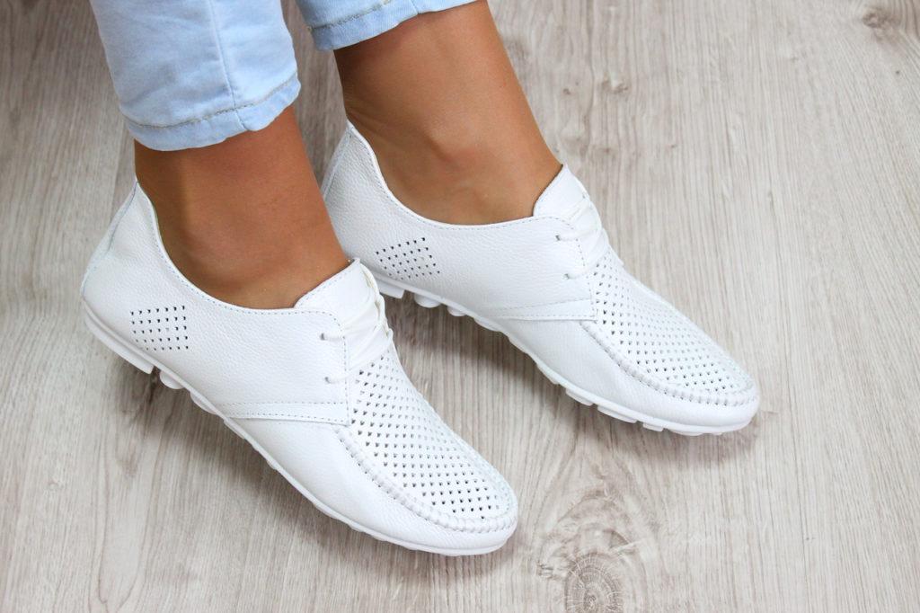 Чем удалить пятна со светлой обуви