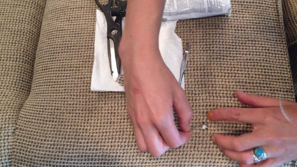 Как незаметно зашить дырку на обивке мебели