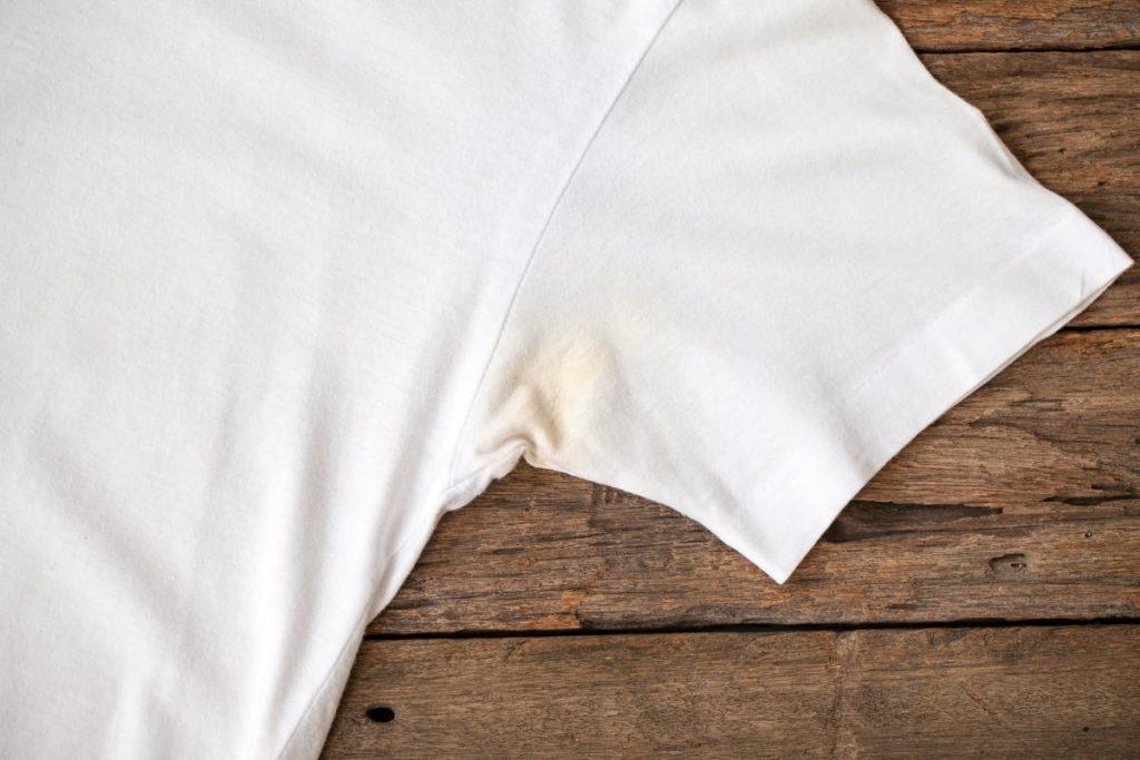Как отстирать пятна пота с белой одежды