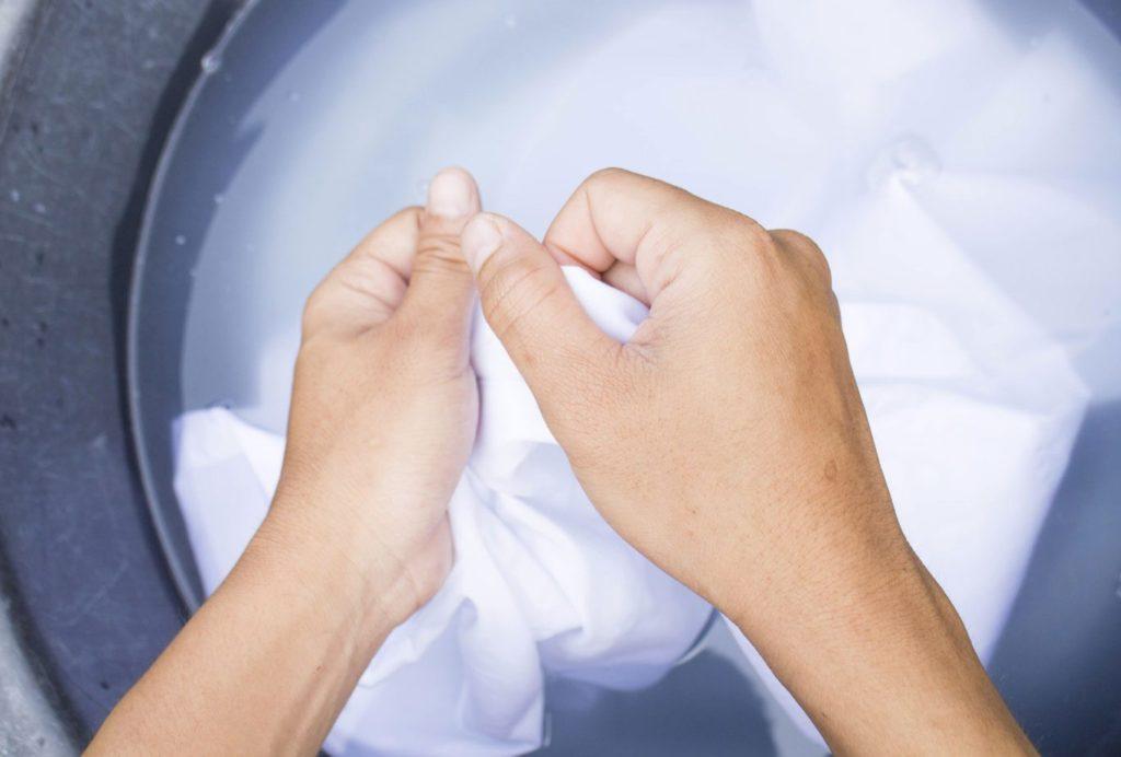 Чем можно отбелить потемневший воротничок белой рубашки
